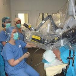 Chirurgia con robot piu' costosa ma piu' sicura