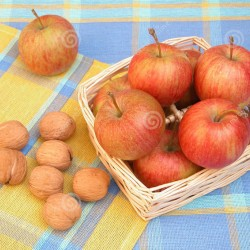 Lattuga, noci, arance e mele aiutano la pelle contro l'invecchiamento